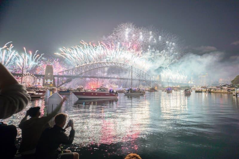 Выставка фейерверков кануна Нового Годаа Сиднея стоковое изображение
