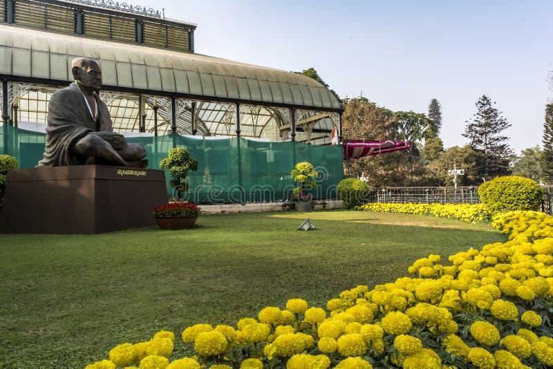 Выставка цветов январь 2019 Lalbagh - вне статуи Ганди стоковые фото