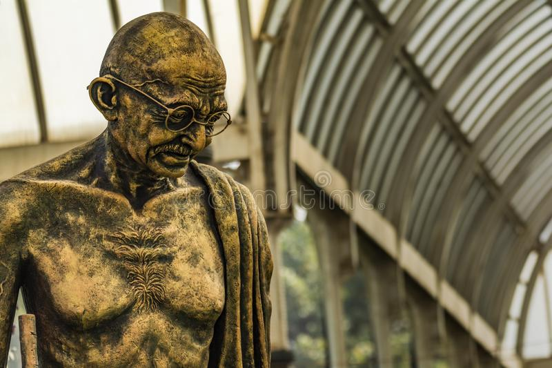 Выставка цветов январь 2019 Lalbagh - статуя Gandhiji стоковое фото