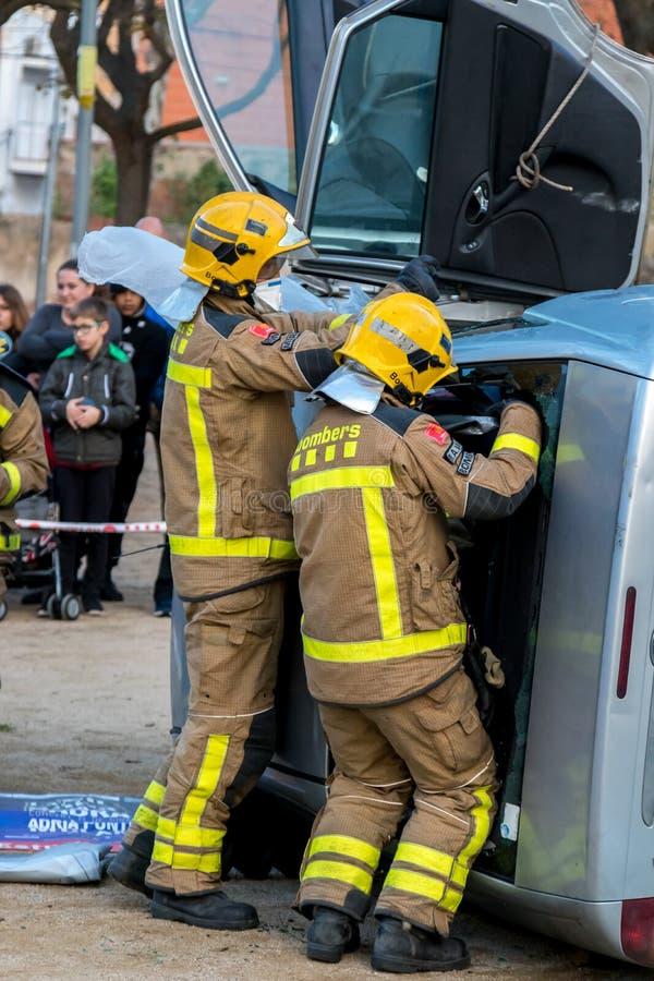 Выставка Fireman's на деревне Palamos Имитированная автомобильная катастрофа, с одной раненой персоной 10-ое марта 2018, Испани стоковые фотографии rf