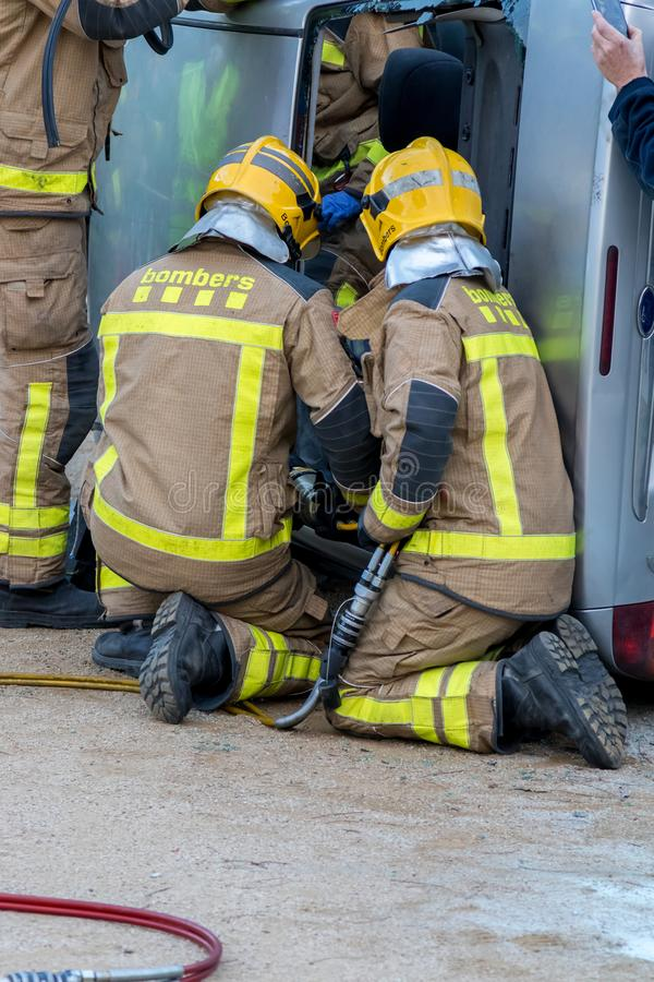 Выставка Fireman's на деревне Palamos Имитированная автомобильная катастрофа, с одной раненой персоной 10-ое марта 2018, Испани стоковые изображения