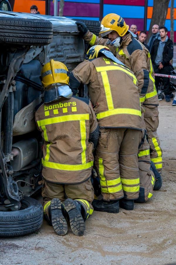 Выставка Fireman's на деревне Palamos Имитированная автомобильная катастрофа, с одной раненой персоной 10-ое марта 2018, Испани стоковое изображение rf