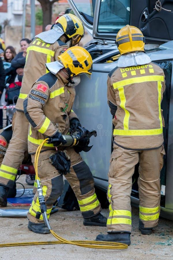 Выставка Fireman's на деревне Palamos Имитированная автомобильная катастрофа, с одной раненой персоной 10-ое марта 2018, Испани стоковая фотография rf