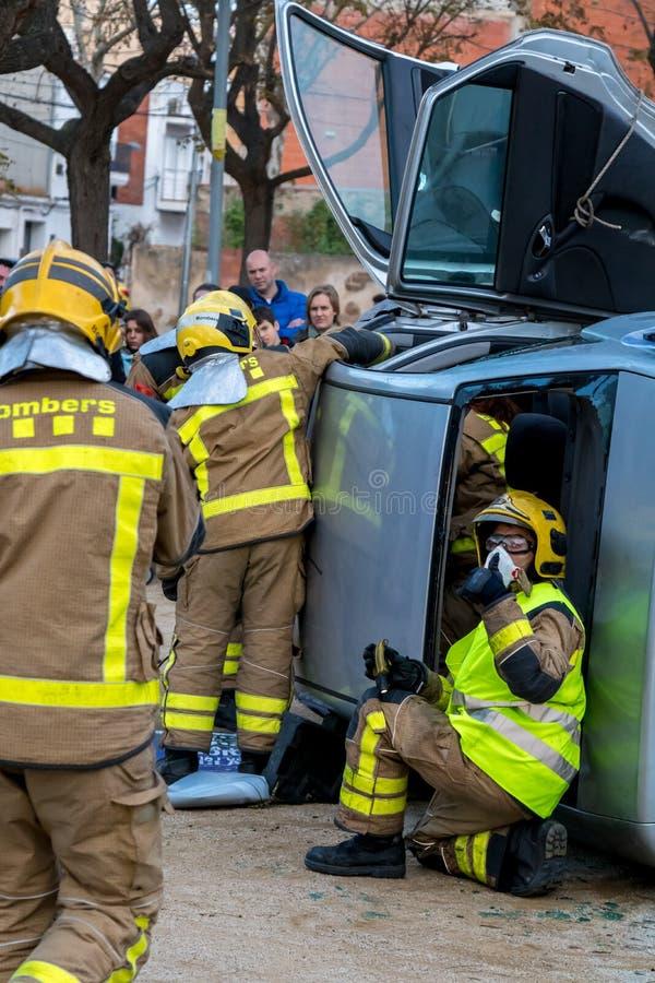 Выставка Fireman's на деревне Palamos Имитированная автомобильная катастрофа, с одной раненой персоной 10-ое марта 2018, Испани стоковые фото