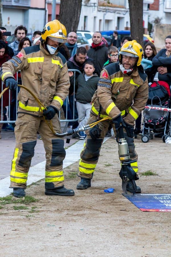 Выставка Fireman's на деревне Palamos Имитированная автомобильная катастрофа, с одной раненой персоной 10-ое марта 2018, Испани стоковое изображение