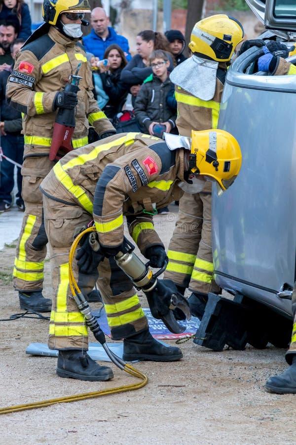 Выставка Fireman's на деревне Palamos Имитированная автомобильная катастрофа, с одной раненой персоной 10-ое марта 2018, Испани стоковая фотография