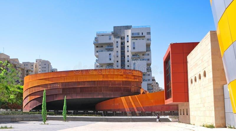 Выставочный зал современного искусства и дизайна, сделанный больших элементов металла покрытых с декоративной ржавчиной различных стоковая фотография rf