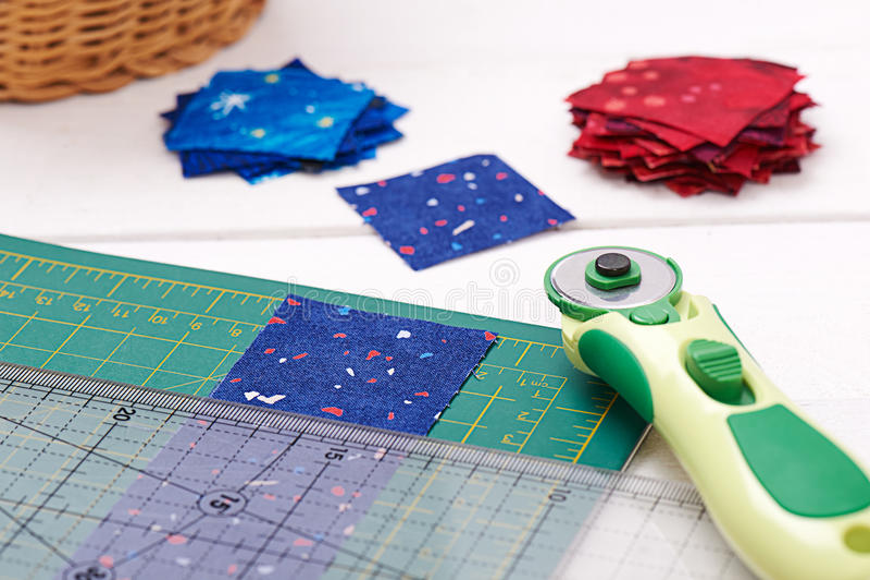 Выстегивая инструменты, часть ткани подготовили к резать, 2 кучи отрезанной тканей стоковое фото rf