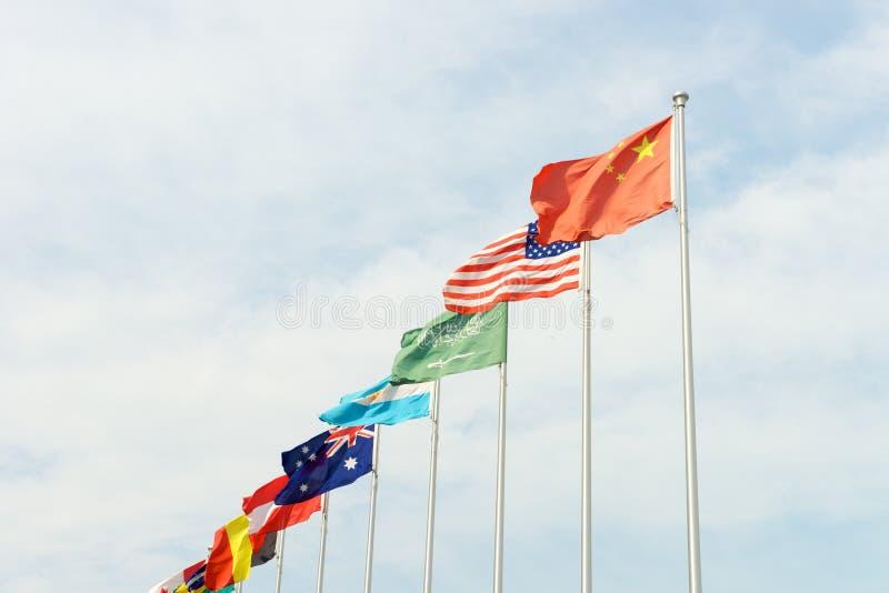 Выстраивать в ряд флагов международной страны стоковая фотография rf