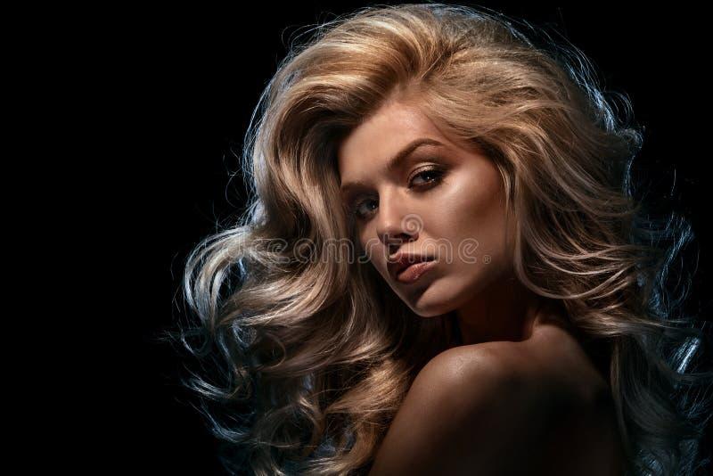 Выстрел в голову красоты модели моды белокурой на темной предпосылке стоковая фотография