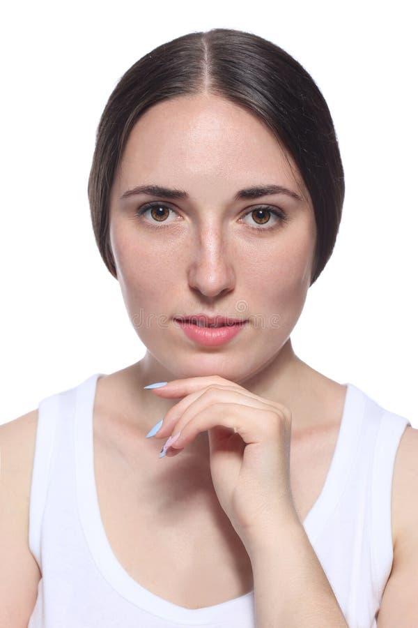 Выстрел в голову усмехаясь женщины изолированный на белизне стоковые изображения rf