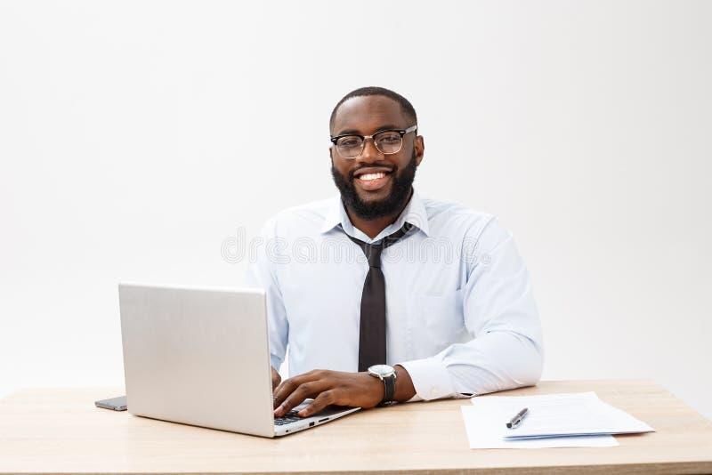 Выстрел в голову успешного усмехаясь руководителя компании жизнерадостного Афро-американского бизнесмена исполнительного стильног стоковое фото rf