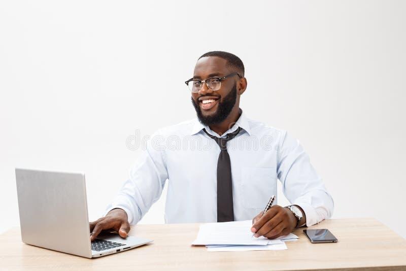 Выстрел в голову успешного усмехаясь руководителя компании жизнерадостного Афро-американского бизнесмена исполнительного стильног стоковое изображение