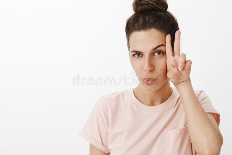 Выстрел в голову харизматический и восторженный симпатичный женский делать смотрит на поднимать одну бровь flirty как показывать  стоковое фото rf