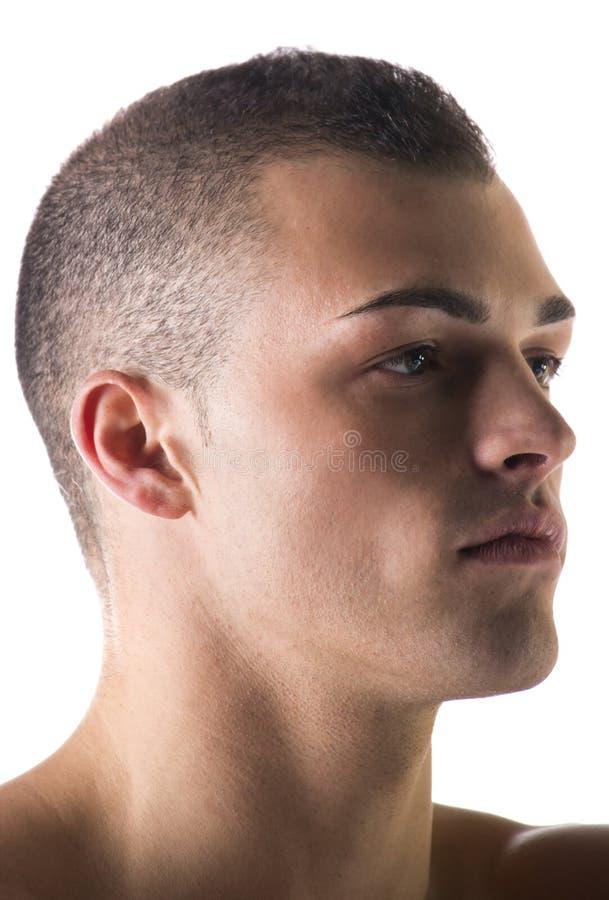 Выстрел в голову конца-вверх очень привлекательного молодого человека, смотря к стороне стоковое изображение