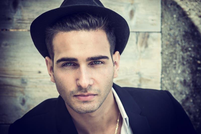 Выстрел в голову красивого молодого человека с шляпой стоковое изображение