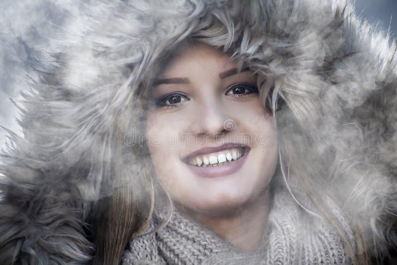 Выстрел в голову agirl усмехаясь в зиме стоковое фото rf