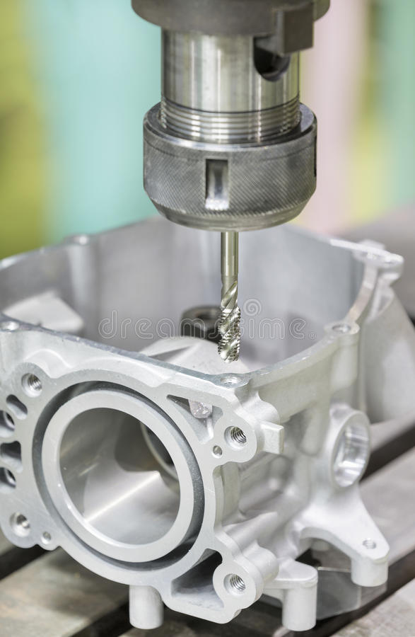 Выстукивая автомобильная деталь центром cnc подвергая механической обработке стоковые изображения