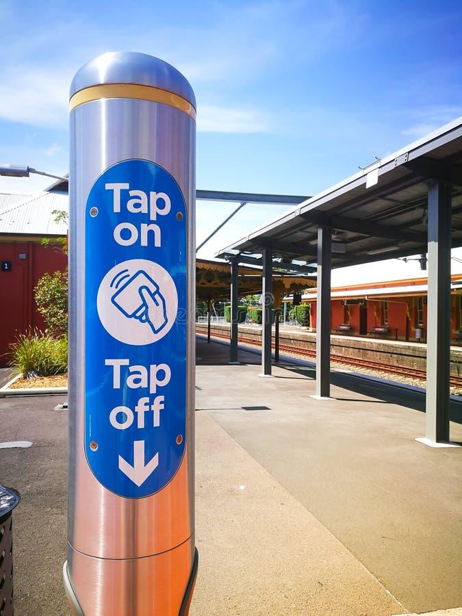 Выстучайте на и выстучайте с электронного опалового читателя карточки перемещения на железнодорожном вокзале Arncliffe стоковые изображения