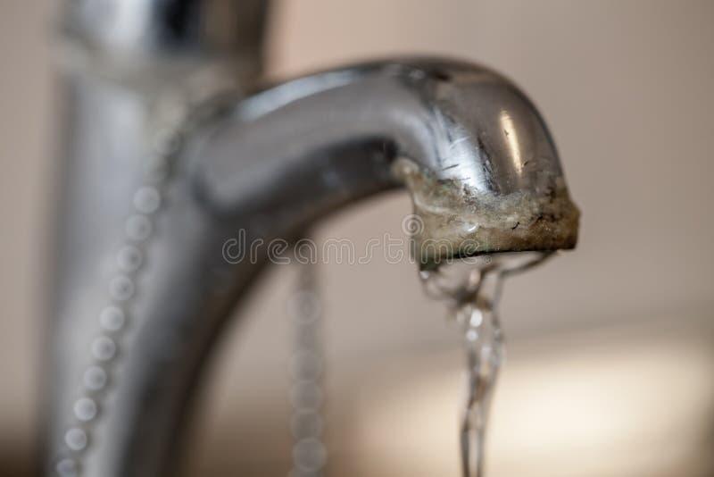 Выстучайте limescale Селективный фокус на депозите трудной воды ru стоковое изображение