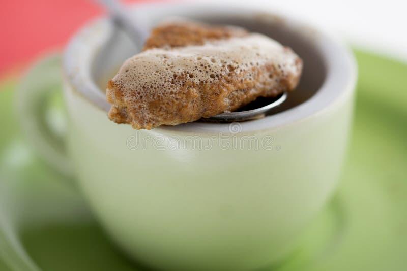 Высушенное печенье окунутое кофе эспрессо стоковое изображение rf
