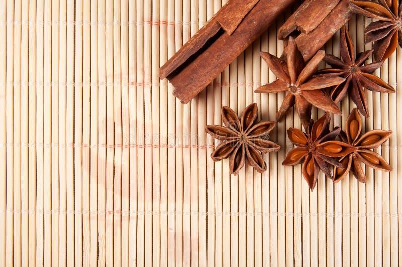Download Высушенные анисовка звезды и ручки циннамона Стоковое Фото - изображение насчитывающей соединение, форма: 41661786
