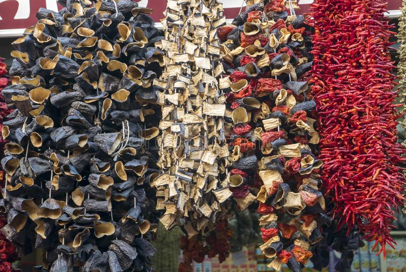 Высушенные баклажаны, перцы и другие овощи вися на строках на базаре в Стамбуле стоковое фото rf