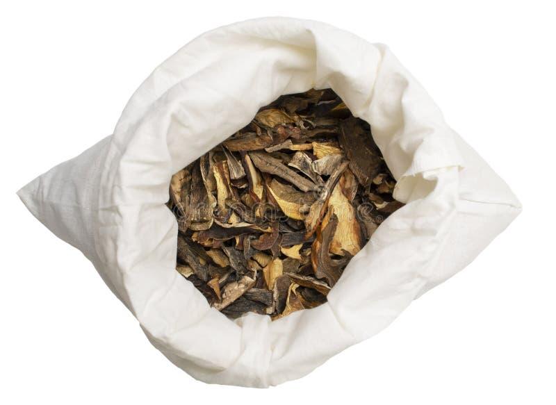 Высушенные грибы в мешке ткани изолированном на белой предпосылке стоковые фото