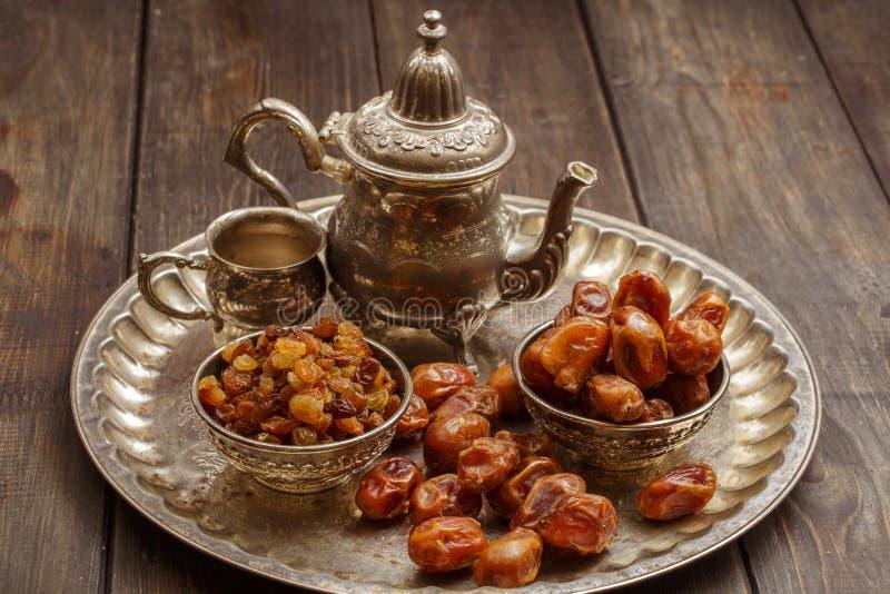 Высушенные даты на деревянном столе в серебре dishes конец-вверх Высушенные даты высушили плодоовощи в chelovenka диеты даты стоковые фото