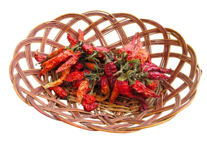 Высушенные краснокалильные перцы chili в деревянной корзине стоковое фото rf