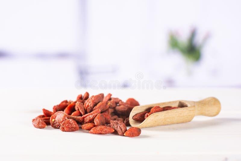 Высушенные красные ягоды goji с красными тюльпанами стоковые изображения rf