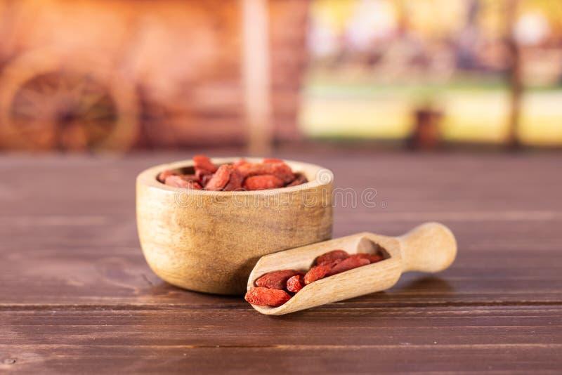 Высушенные красные ягоды goji с тележкой стоковое фото