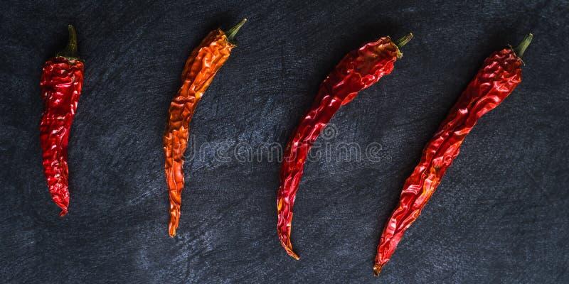 Высушенные накаленные докрасна перцы chili на черной предпосылке стоковое фото rf