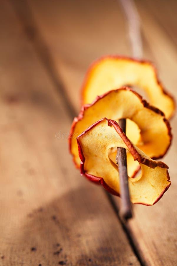 Высушенные ломтики яблока стоковые фотографии rf