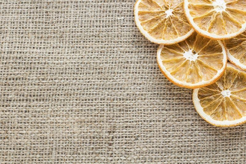Высушенные оранжевые куски на холсте стоковое изображение