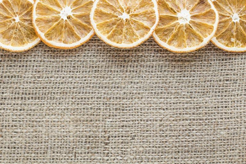 Высушенные оранжевые куски на холсте стоковые фото