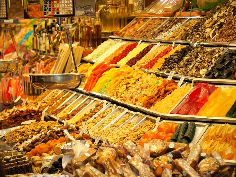Высушенные плодоовощи и другие помадки на продаже в рынке Boqueria Ла в Барселоне стоковая фотография rf