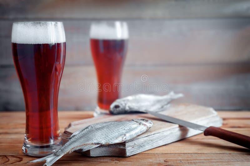 Высушенные плотва и пиво в больших стеклах стоковые фотографии rf