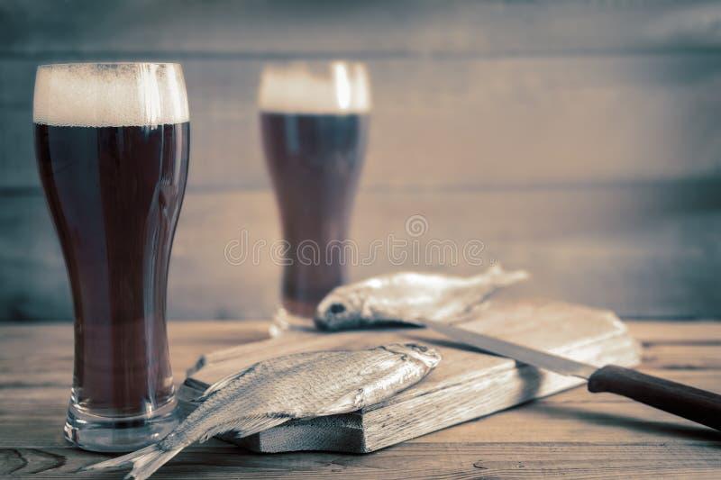 Высушенные плотва и пиво в больших стеклах стоковая фотография
