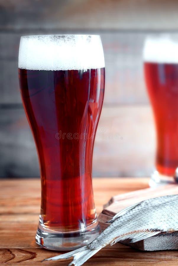 Высушенные плотва и пиво в больших стеклах стоковое фото rf