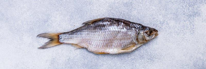 Высушенные посоленные рыбы на серой конкретной предпосылке знамена стоковое фото rf