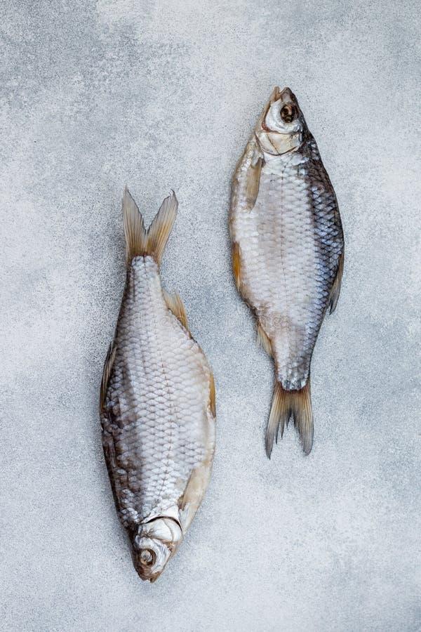Высушенные посоленные рыбы на серой конкретной предпосылке стоковое фото rf