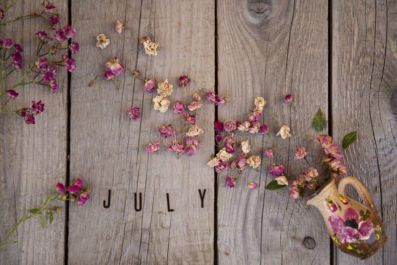 Высушенные розовые розы на деревянной винтажной предпосылке стоковое фото rf