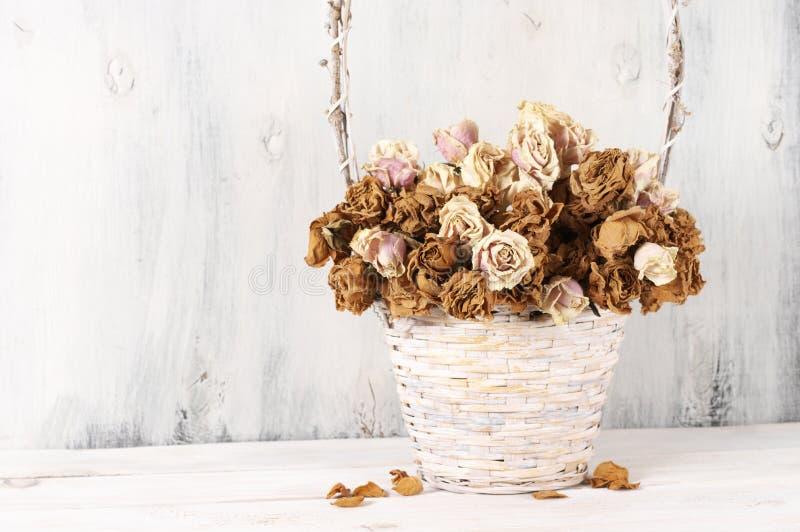 Высушенные розы в корзине стоковые изображения