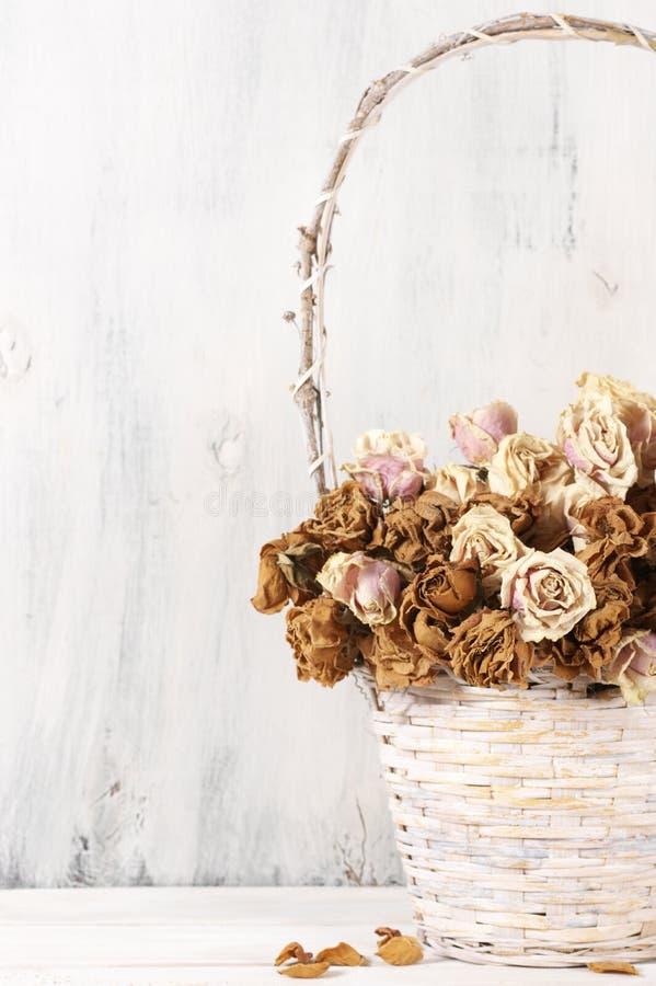 Высушенные розы в корзине стоковая фотография rf