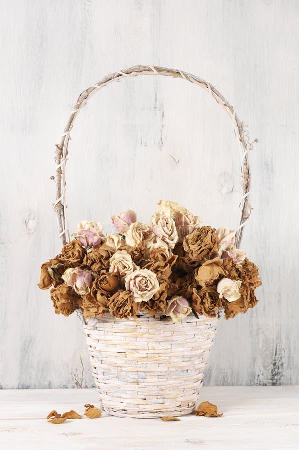 Высушенные розы в корзине стоковое изображение rf