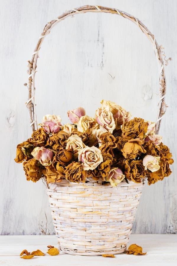 Высушенные розы в корзине стоковые изображения rf