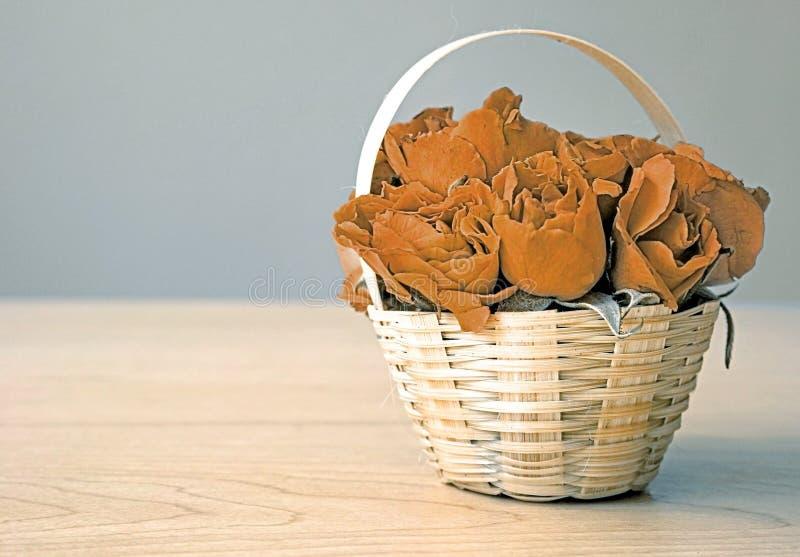 Высушенные розы в подарке корзины (концепция влюбленности) стоковая фотография rf