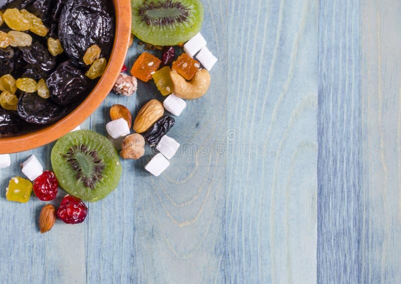 Высушенные слива и виноградины в шаре и сухом плоде на голубой предпосылке космоса Kopi стоковые изображения rf