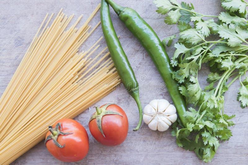 Высушенные спагетти варя ингридиенты с свежим овощем стоковые фотографии rf